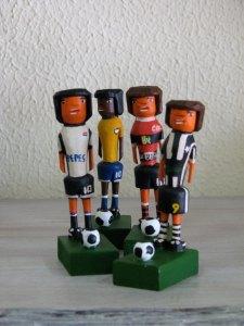 Até o futebol inspira o artesanato de madeira de Guariguazi