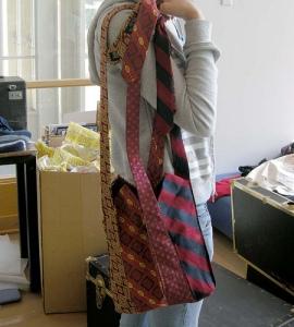 Com 4 gravatas surge uma bolsa transada e exclusiva
