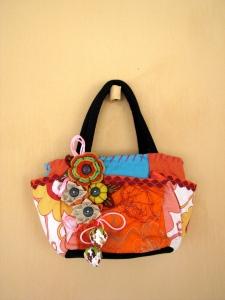 Bolsa de mão cheia de bossa
