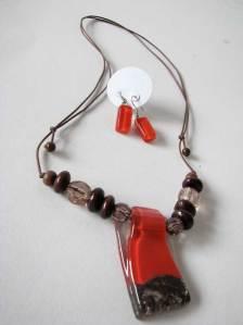 Vermelho e marrom: colar + brincos