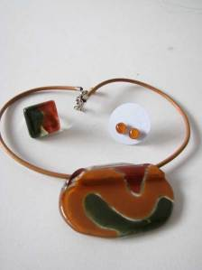 Marrom e verde: cj colar + anel + brincos