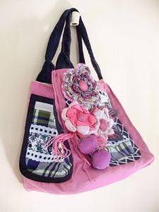 Bolsa com flores de crochê tem detalhe xadrez