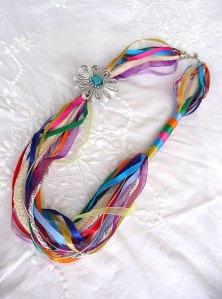 Colar de fitas, cordão de algodão, cristal e strass