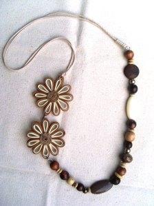 Colar-artesanal-flores-madeira-resina