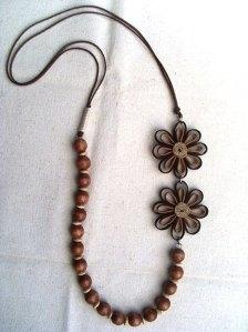 Colar-artesanal-flores-madeira
