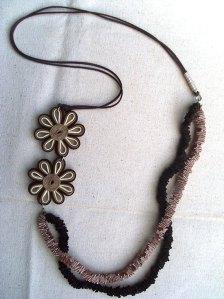 Colar-artesanal-flores-fitas-plissada