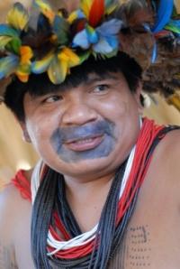 Almir Surui usa internet para denunciar desmatamento