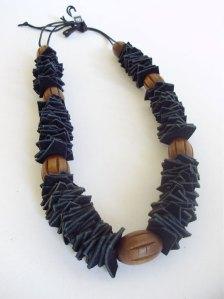 colar-artesanal-Madeira-couro
